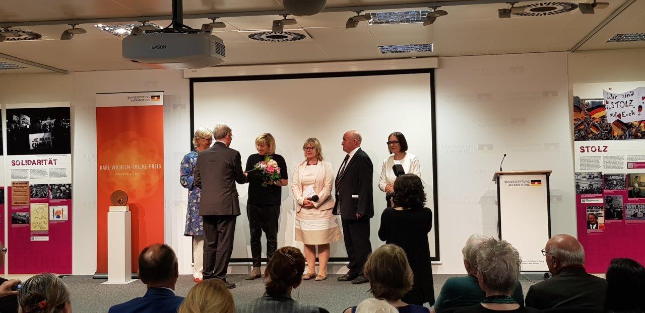 Gratulanten und Straußübergabe an Preisträgerin Frau Prof. Ines Geipel (Foto: Katy Pohl)